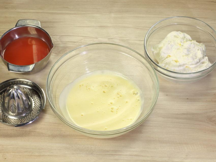 A questo punto aggiungi al composto di uova il latte caldo, filtrando il tutto con un colino e mescola per amalgamare le due componenti._5