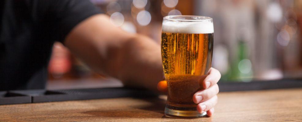 bicchiere birra su bancone