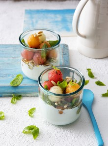 Bicchierini di burrata con anguria, melone e pinoli tostati