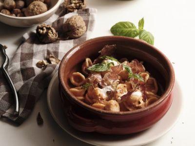 orecchiette-al-pesto-di-pomodoro-san-marzano-e-noci-con-stracciatella-affumicata-e-capocollo-di-martina-franca-768x1024