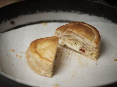 raviolo-di-pasta-sfoglia-con-treccia-di-mozzarella-alla-pizzaiola-768x1024