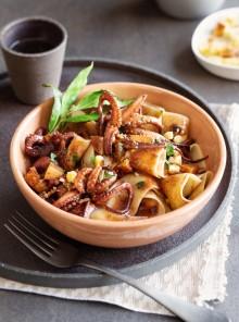 Pappardelle con moscardini al vino rosso, pere, briciole di pane e pecorino
