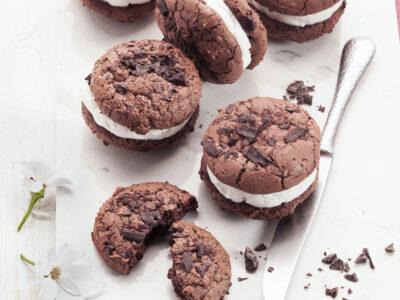 Sandwich di biscotti al cioccolato con gelato