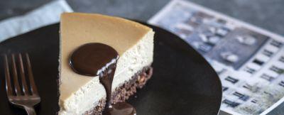 Cheesecake con salsa al fondente