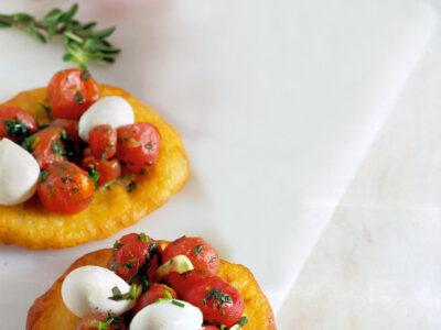 Pizzette fritte di patate ai pomodori e mozzarella