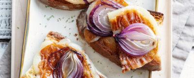 Crostoni con caciocavallo alla piastra e cipolle agrodolci