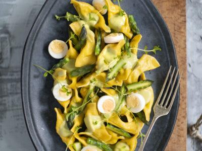 Mezzelune alla ricotta con asparagi e uova di quaglia