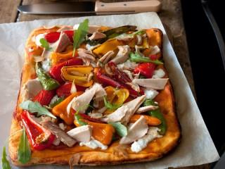 Pizza rossa con peperoncini dolci