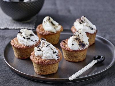 Tortini di mandorle e liquirizia con cioccolato bianco e panna