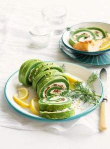 Rotolo di frittata verde, formaggio e pomodori secchi