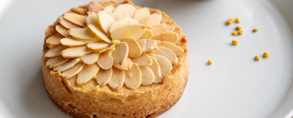 Tartelletta al lemon curd e mandorle tostate con miele di agrumi