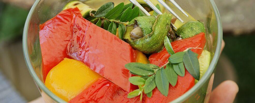 Antipasto di peperoni, zucchine e fiori di zucca