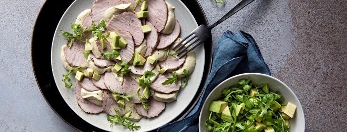 MAagatello in crosta con salsa tonnata e avocado