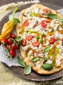 Pizza con ricotta, fiori, pinoli, acciughe e pomodorini