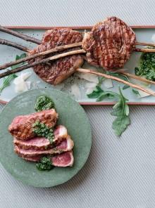 Spiedini di carne di manzo con pesto di rucola