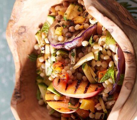 Fregola in insalata con verdure, pesche grigliate e profumo di z