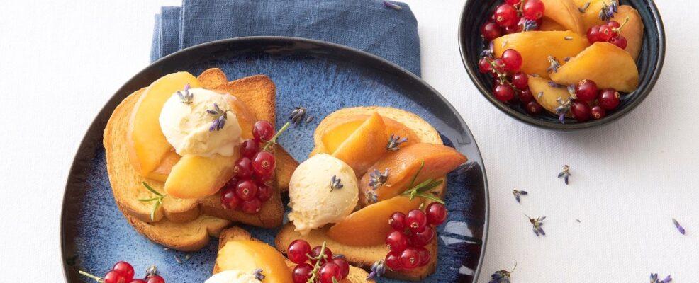 Bruschette dolci con pesche al rosmarino, gelato e ribes