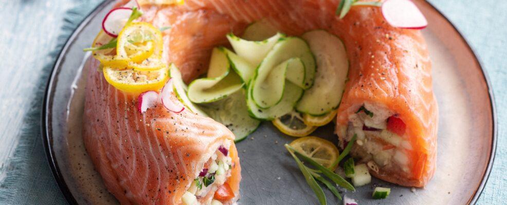 Ciambella di salmone e panzanella ai cetrioli