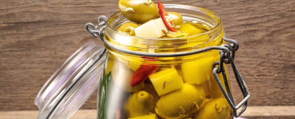 Olive e caciocavallo piccanti sott'olio