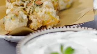 Pittule pugliesi di pasta cresciuta con zucchine e fiori al profumo di menta e salsa allo yogurt