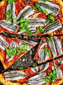 Pizza romana rossa con acciughe fresche