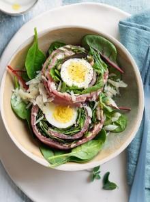 Rotolo di carne: manzo, uova sode e misticanza, con salsa di yogurt e rafano
